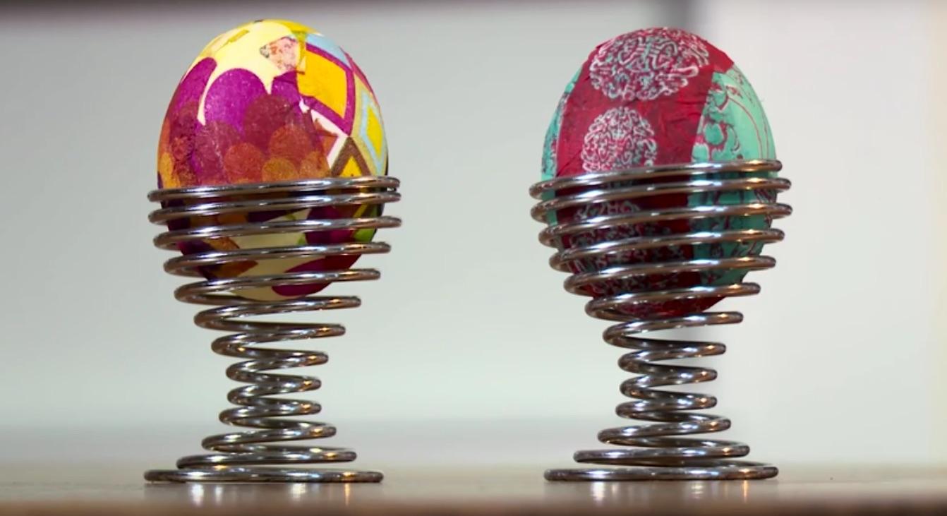 Ecco come si decorano le uova sode usando solo colla e tovagliolini di carta