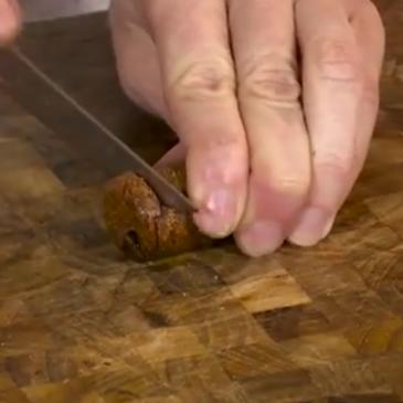 Come tagliare i tappi di sughero senza sbriciolarli