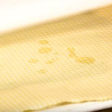 Come fare a togliere la cera dalla tovaglia (o da un tessuto)