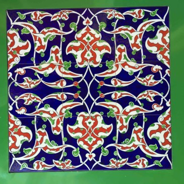 Un tavolo e un mosaico col vetro