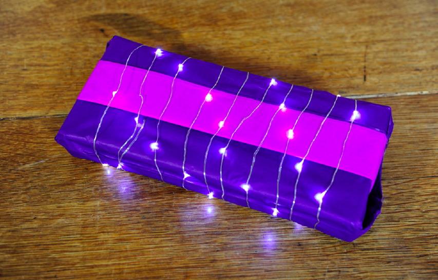 Pacchetto di Natale con fogli di carta velina