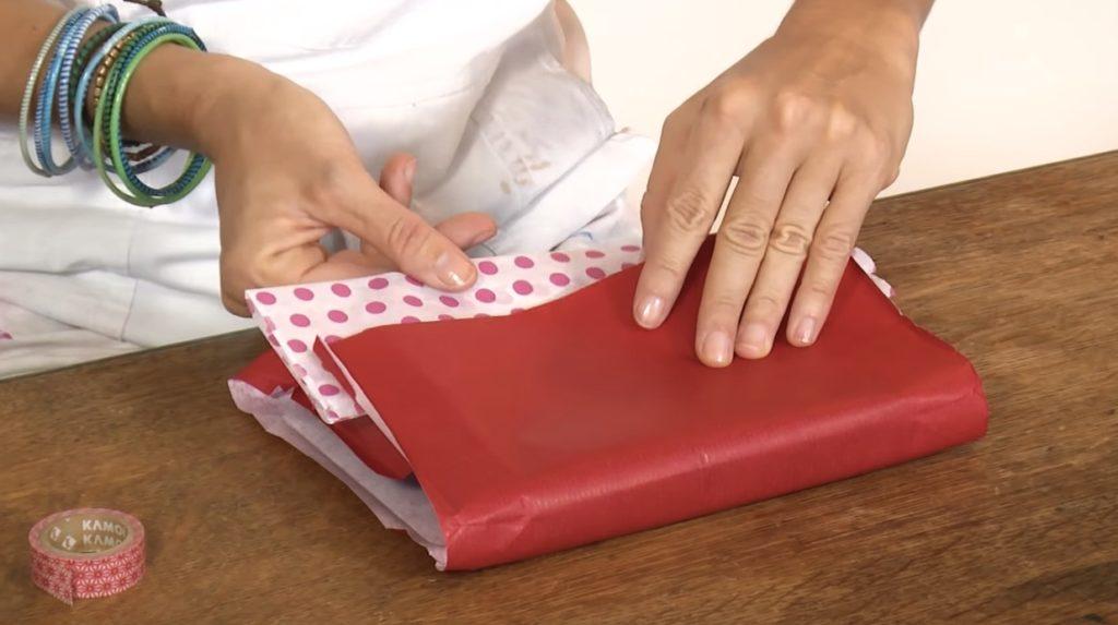 002-pacchetto-regalo-decorato-inserisco-carta-di-colore-diverso