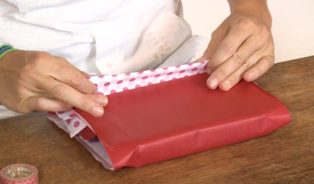 003-pacchetto-regalo-decorato-piega