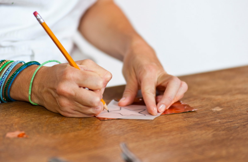 Pacchetto di Natale speciale - Ricalco con la matita la forma di stella sul foglio di rame