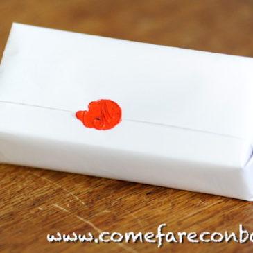 Un pacchetto di Natale con ceralacca e timbro