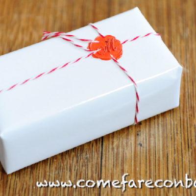 """Pacco regalo con ceralacca e filo bicolore. <strong><u><a href=""""http://www.comefareconbarbara.it/pacchetto-natale-ceralacca/"""">Ecco il video tutorial</a></strong></u>"""