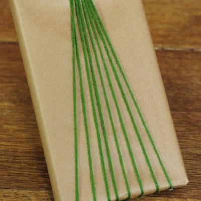 Pacchetto di Natale con filo di lana decorativo