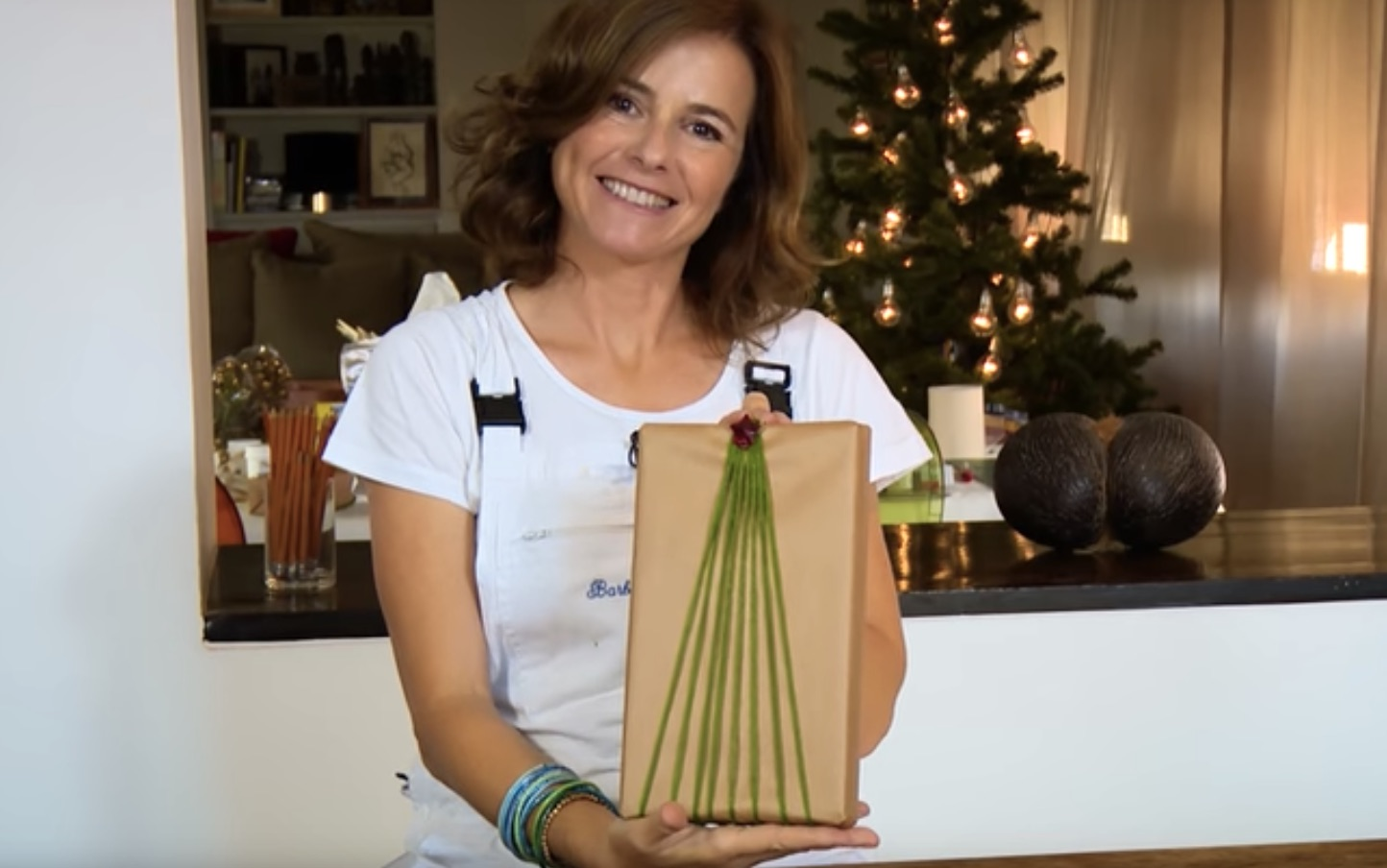 Pacchetto di Natale con un filo di lana