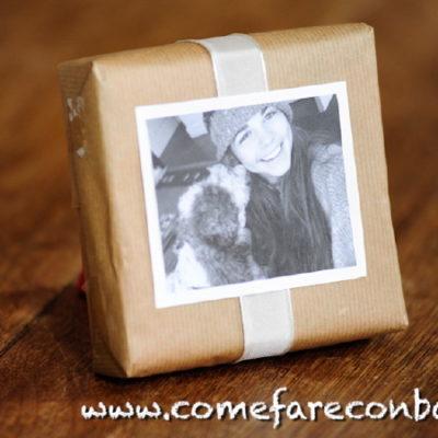 """Un pacchetto di Natale decorato con la fotografia di chi lo riceve. In questo caso, di Bieco e Margherita. <a href=""""http://www.comefareconbarbara.it/pacchetto-di-natale-decorato-con-una-fotografia/""""><strong><u>Ecco il video tutorial</a></u></strong>"""