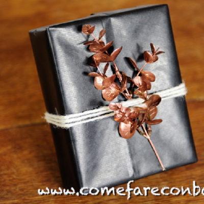 """Pacchetto di Natale con ramoscello ramato. <a href=""""http://www.comefareconbarbara.it/pacco-regalo-ramo-vernice-spray/""""><strong><u>Ecco il video tutorial</a></u></strong>"""
