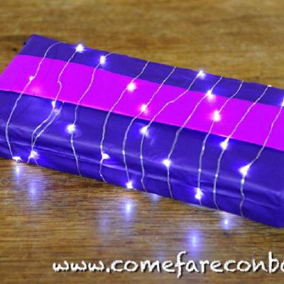 """Con questo pacchetto molto futuristico inizia la serie dei pacchetti luminosi. <a href=""""http://www.comefareconbarbara.it/5-idee-luminose-per-i-vostri-pacchetti-regalo-di-natale/""""><strong><u>Le cinque idee per pacchetti luminosi le trovi tutte qui, in questo video tutorial</a></strong><u>."""