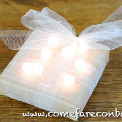 """Ecco un pacchetto di Natale """"total white"""". <a href=""""http://www.comefareconbarbara.it/5-idee-luminose-per-i-vostri-pacchetti-regalo-di-natale/""""><strong><u>Le cinque idee per pacchetti luminosi le trovi tutte qui, in questo video tutorial</a></strong><u>."""
