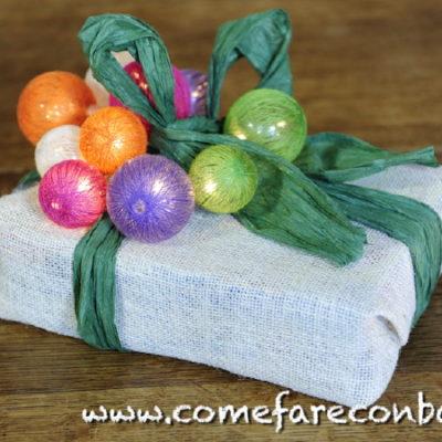 """Ecco un pacchetto di Natale luminoso molto colorato. <a href=""""http://www.comefareconbarbara.it/5-idee-luminose-per-i-vostri-pacchetti-regalo-di-natale/""""><strong><u>Le cinque idee per pacchetti luminosi le trovi tutte qui, in questo video tutorial</a></strong><u>."""