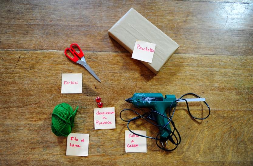 pacchetto-regalo-natale-fai-da-te-colla-a-caldo-e-filo-di-lana-002