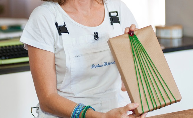 Pacchetto di natale decorato con un filo di lana come for Te lo regalo se vieni a prenderlo sito