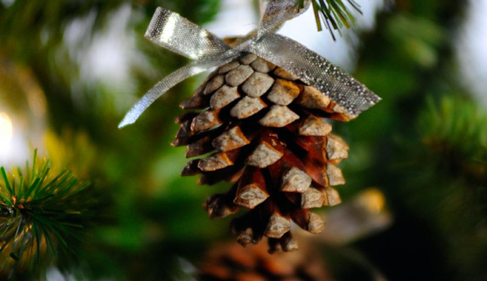 Come decorare un albero di Natale con le pigne