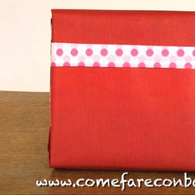 """A partire dal pacchetto di Natale semplice, ecco come farne uno decorato. <a href=""""http://www.comefareconbarbara.it/pacchetto-regalo-decorato/""""><strong><u>Ed ecco il video tutorial</a></strong></u>!"""