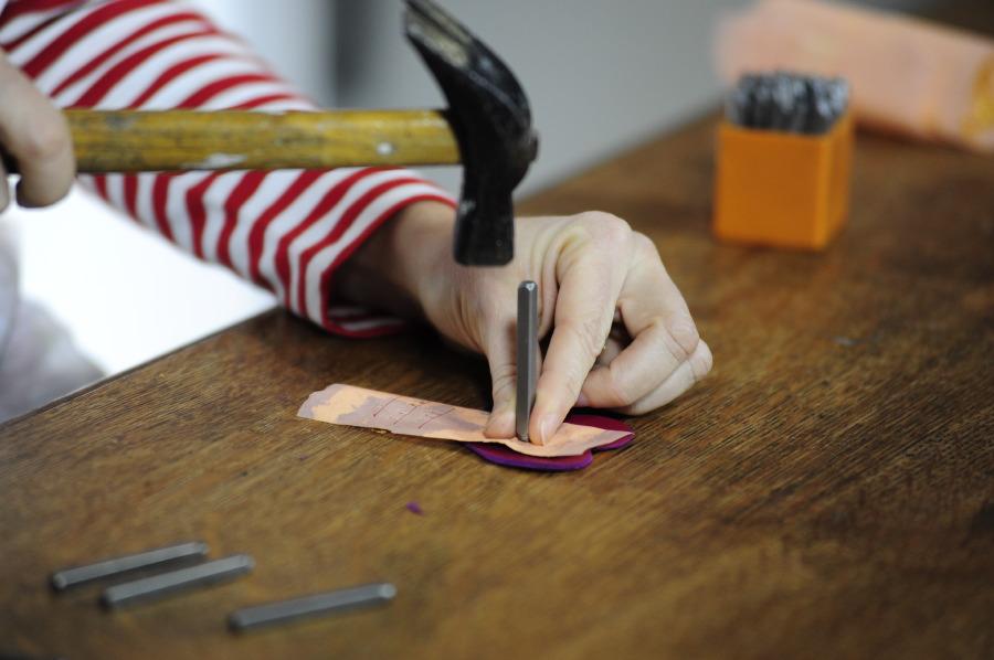 San Valentino Fai Da Te - Foglia oro, cuoio, punzone lettera e martello
