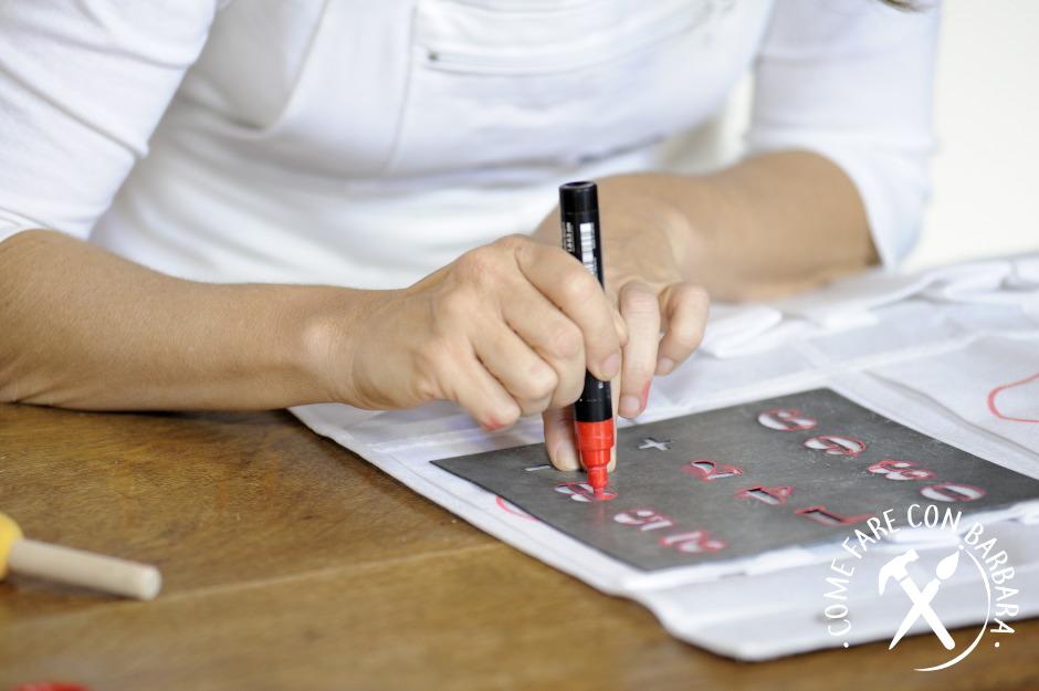 Disegno con il pennarello i numeri del calendario dell'avvento