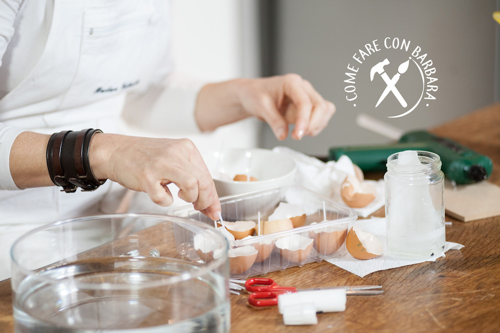 Vari gusci d'uovo con gli stoppini tagliati