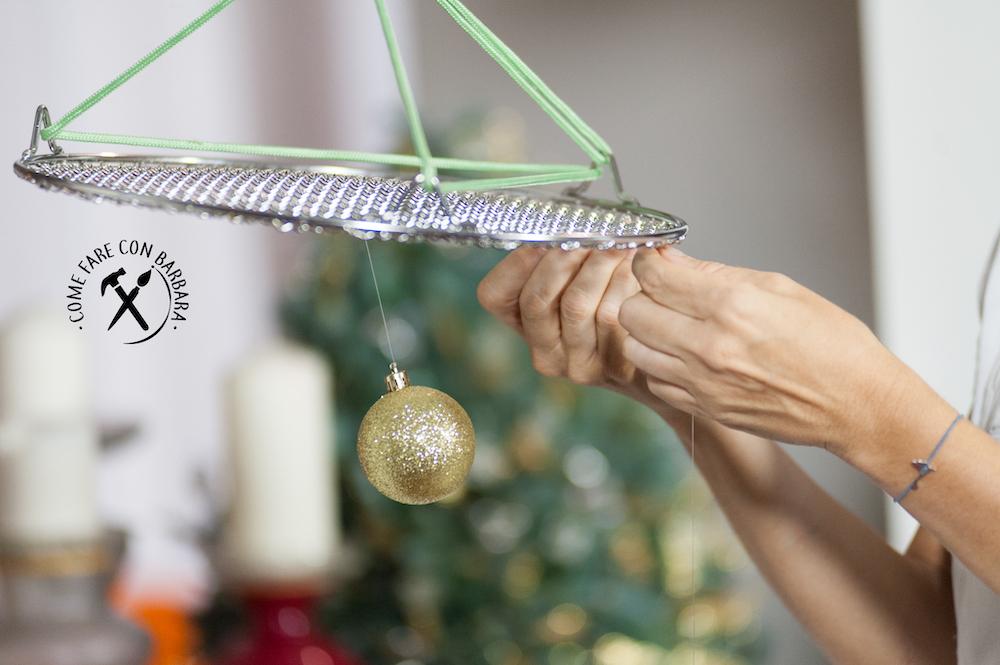 Alberi Di Natale Fai Da Te.Albero Di Natale Fai Da Te Sospeso Con Palline E Gratella